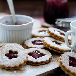 Linzer Cookies With Raspberry Jam (1)