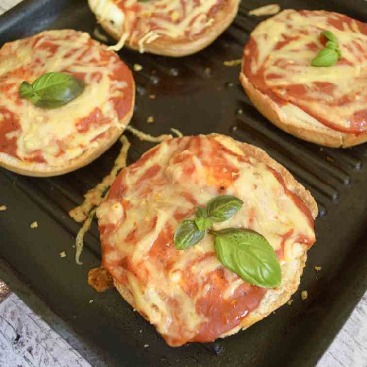 Egg-In-The-Hole Pizza Bagels