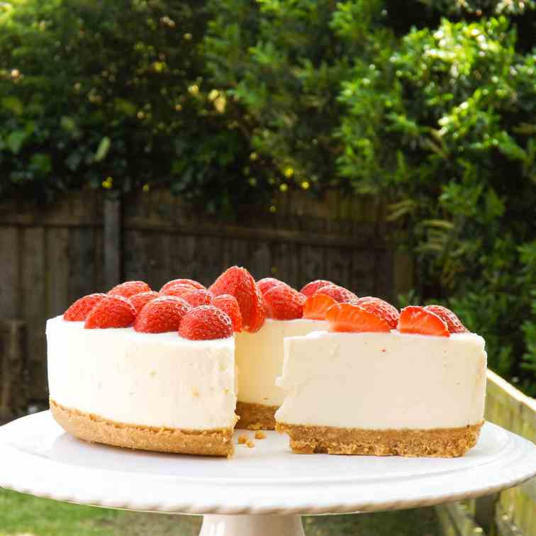 No-bake strawberry & choloate cheesecake