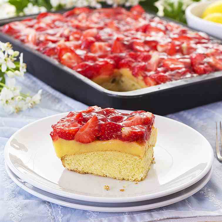 Intensely lemon cake with strawberries