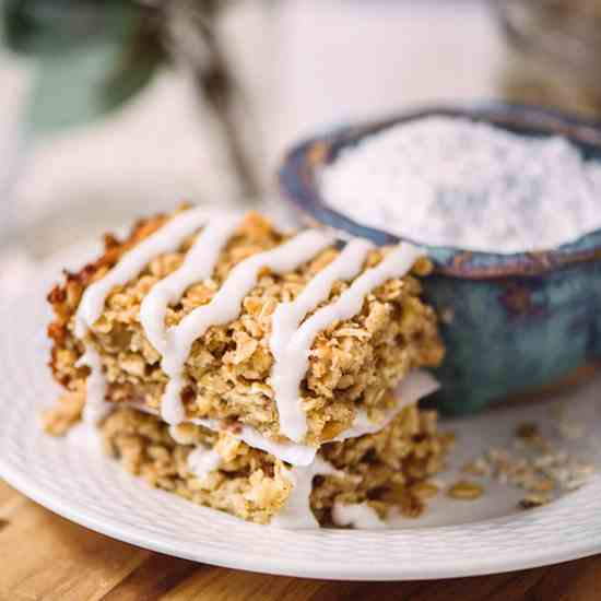 Baked Cinnamon Roll Oatmeal Bars