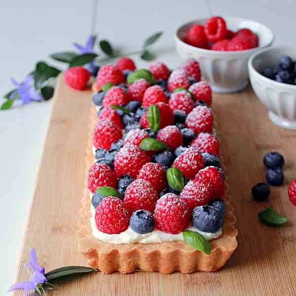 Fresh berry shortbread tart