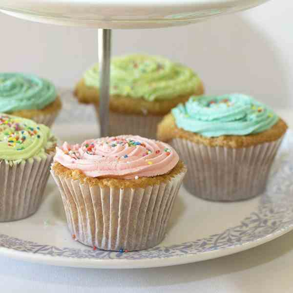 Classic Vanilla Cupcakes with Buttercream
