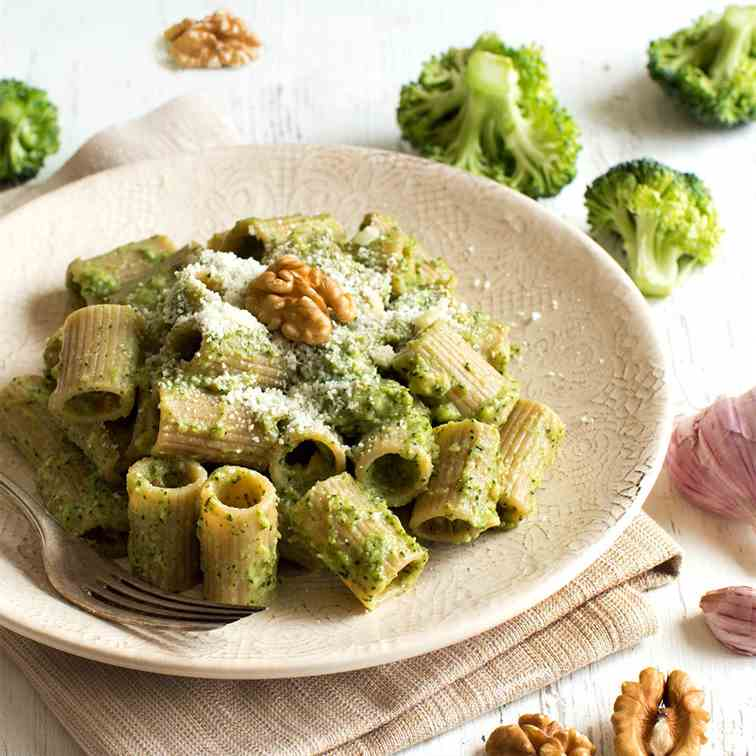 Wholegrain pasta with broccoli and walnuts