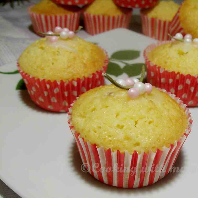 Cupcakes with rosemary and lemon
