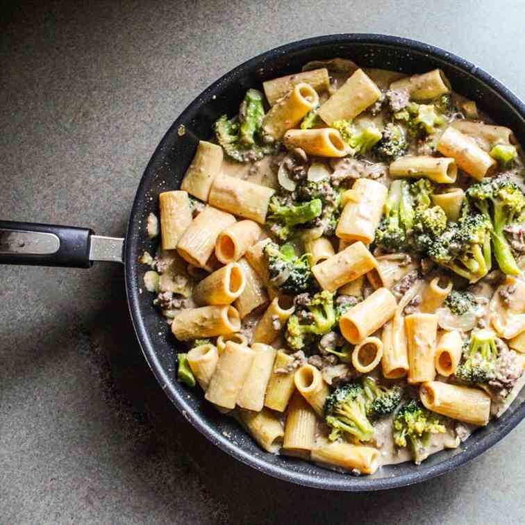 Cheesy Beef and Broccoli Pasta Casserole